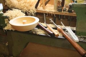 Drechselbank mit Holzschale